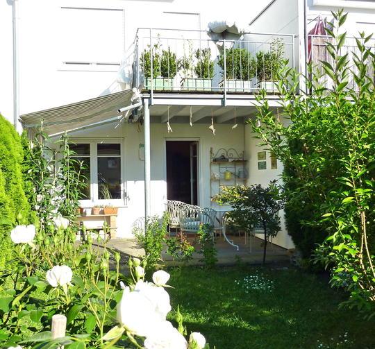 ... Hausansicht: Terrasse + Balkon ...